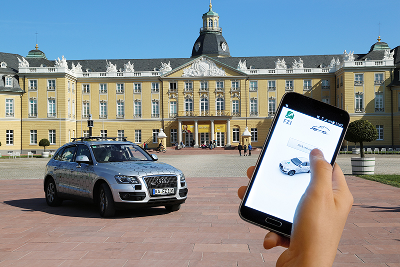 Autonomes Fahrzeug mit App-Ruf vor Karlsruher Schloss